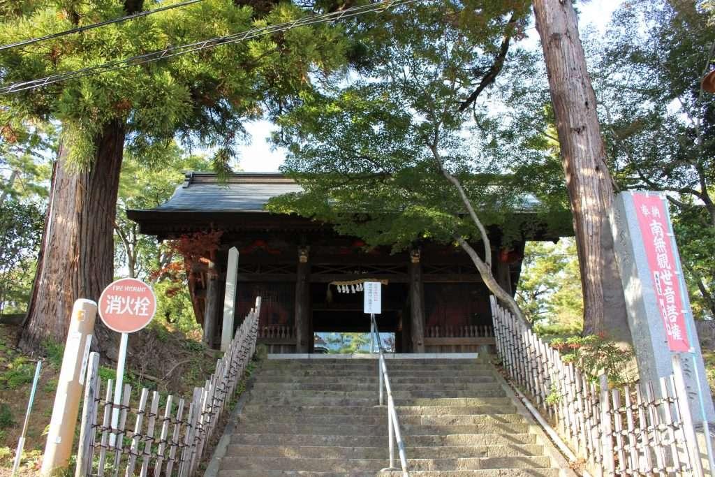 temple gate niomon at yoshimi kannon anrakuji