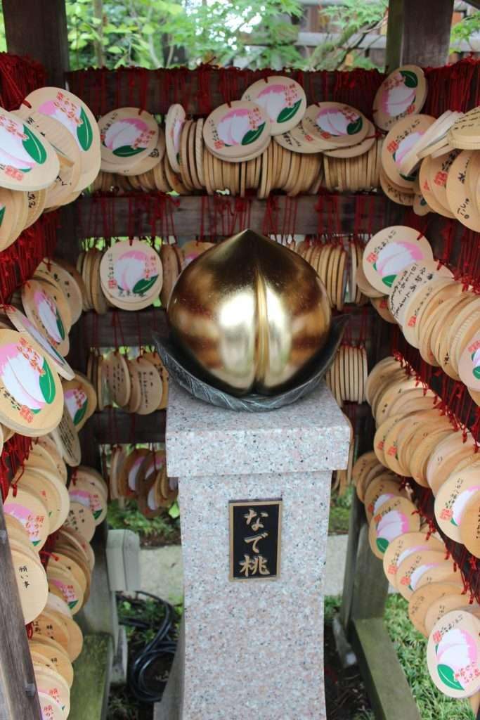 nade peach at Gyoda Hachiman Shrine